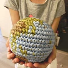手作り/こどものいる暮らし/地球儀/編み物/DIY/雑貨/... 夏休みに編んだ手のひらサイズの地球です😄…
