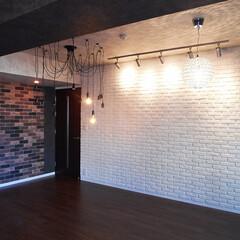 ブリックタイル/間接照明 ブリックタイルの壁面と間接照明を取り入れ…