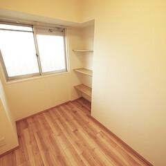 洋室/収納/デッドスペース 洋室内のデッドスペースに棚を設け、収納ス…
