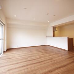 リビング/LDK キッチンと繋がったリビング空間は開放的で…
