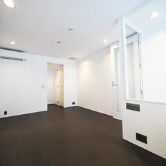 洋室/コルク材/黒い床 2Fの床は遮音性が高く柔らかいコルク材で…