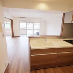 キッチン/対面カウンター キッチンを囲んでいた壁と取り払い、新たに…