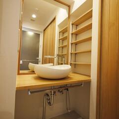 収納/洗面/可動/可動収納棚/造作 優しい色調の木材で造られた洗面台。 脇に…