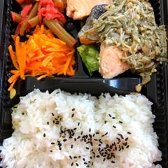 ごはん/ふき/にんじん/ムニエル/しゃけ/サリーちゃんのお弁当/... お弁当🍱  この前会社で食べたお弁当です…