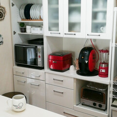 すっきり暮らす/ニトリ(食器棚)/赤いキッチン家電/食器棚収納 食器棚の扉を外してオーブンレンジを収納し…