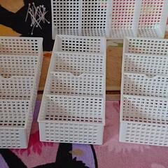 ダイソーのラック4個、細い結束バン.../生活の知恵/収納/雑貨/インテリア/100均/... 小さい飾りを入れて見ました。ハンドメイド…(5枚目)