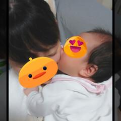 赤ちゃんとの生活 ミルクタイムのあと、げっぷさせるために立…