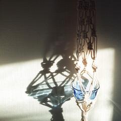 光/影/ブルー/ガラス/マクラメ編み/雑貨/... 取り敢えず、ガラスの器を 入れてたら…☀…