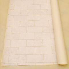 食器棚/リメイク/壁紙/レンガ柄 まず用意したのは、レンガ柄の壁紙。 ホワ…