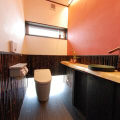 古材、和風、照明、暖色、消臭、防カ.../古材/トイレ/和風/おしゃれ/照明/... 朱色の塗り壁が素敵なモダントイレに。手洗…