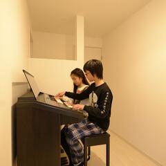 エレクトーン/廊下/白い/ワークスペース 各部屋を結ぶホールを楽器質として使用。外…