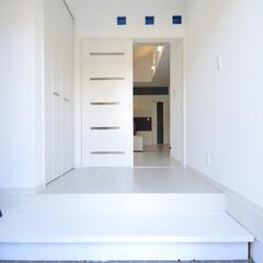 ホワイト/シンプル/スタイリッシュ/玄関ホール/ガラスブロック 玄関ホールに大きなクローゼットを造ること…