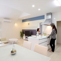 テーブル、チェア、白い、ネイビー、.../テーブル/観葉植物/チェア/スタイリッシュ/シンプル/... 和室だった部屋は一転!リビングを勾配天井…