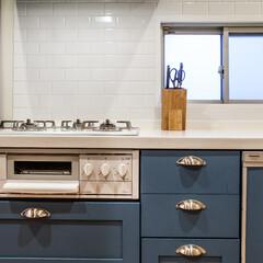 キッチン/人工大理石/サブウェイタイル/コンロ/愛知/名古屋 ソルジャーブルー色のキッチンです。