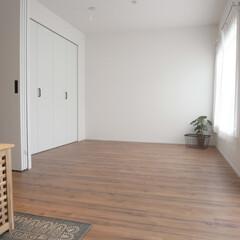 寝室/フローリング/無垢/ナチュラル/シンプル 3枚引き戸を開けると、リビングとつながり…