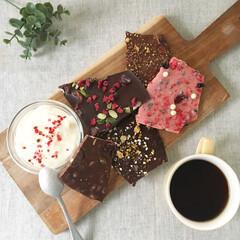 ホワイトデー/甘党/チョコレート/コーヒー/おうちカフェ/美味しい/... ホワイトデーにもらった割チョコ^^ 5種…(1枚目)