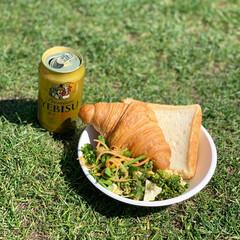 ピクニック/ビール/ランチ/クロワッサン/暮らし 青空の下で食べるパンとサラダ。後ビール。…