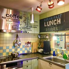 突っ張りキッチンラック/山善/間仕切り壁DIY/タイル壁/黄緑のキッチン/システムキッチン/... 我が家のキッチンといえば このニトリのウ…