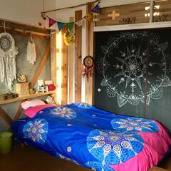 カラフル/子供部屋/海外インテリア/ボヘミアン/棚DIY/コンクリート打ちっ放し/... 毎年ベッドカバーを買い足してますが 今年…