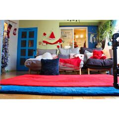 海外インテリア/ワイヤークラフト/ウィービング手作り/青い/赤い/ターコイズブルーのドア/... 気づいてたー? クリスマス仕様の赤いラグ…