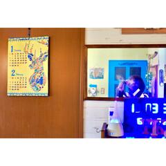 ミラーレス一眼/板壁風壁紙/IKEA/壁掛けミラー/ブルーLEDクロック/青い扉/... 2018年のカレンダー チャイハネで買っ…