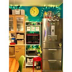 イルミネーション/ガス炊飯器/ターコイズブルーの壁/冷蔵庫/円形テーブル/イームズチェア/... 【炊飯器置き場】 普段、ガスコンロの炊飯…