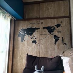 押入れ/古材風/木目風壁紙/となりのトトロ/青い壁/ウォールステッカー/... 息子部屋 ソファの後側 押入れの扉も壁紙…
