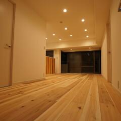 無垢材/木材/ナチュラル 無垢のフローリングと照度計算されたシーリ…