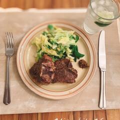 おうちごはんクラブ/おうちご飯/おうちごはん/簡単レシピ/テーブルコーデ/テーブルウェア/... コストコのラムのTボーンステーキ🥩肉厚な…