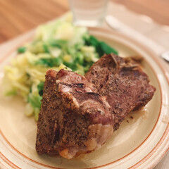 おうちごはんクラブ/おうちご飯/おうちごはん/簡単レシピ/テーブルコーデ/テーブルウェア/... コストコのラムのTボーンステーキ🥩肉厚な…(2枚目)