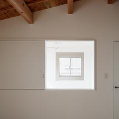 木/シンプル/傾斜天井/勾配天井 寝室から吹抜を通して子供室を見た写真です。