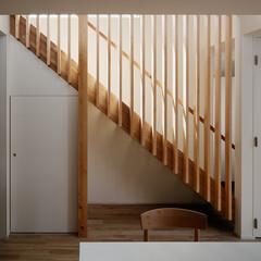 木/シンプル/光 目隠しを兼ねた木の格子のある階段です。(1枚目)