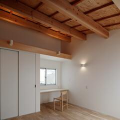 木/シンプル/傾斜天井/勾配天井 木の天井が印象的な寝室です。