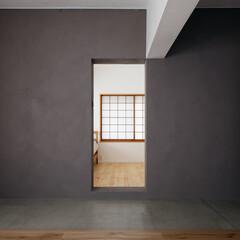 グレーの壁/土間/障子/寝室 土間越しに寝室の入口を見た写真です。グレ…