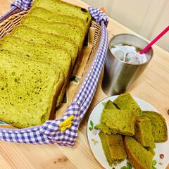 自家製天然酵母パン/ほうれん草/おうちごはん/うちの定番料理 カットしました〜🍞 めっちゃほうれん草色…