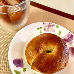 ベーグル🥯/自家製天然酵母パン 朝食は、早速 焼きたて🥯で シンプルにこ…