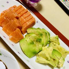 お赤飯/アボガド/野菜の素焼き/サーモン 今日も一日お出かけしてたので、 夕食は、…