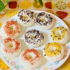 お出かけおにぎり/パーティー/ふりかけ/おにぎり/ダイソー ドーナツ形のおにぎり型を発見👀💕  早速…(2枚目)