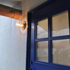 リフォーム/ソーカルハウス/木製玄関ドア/玄関/マリンライト/ブルー/... 【最新竣工実例 A邸】 外観写真です。玄…