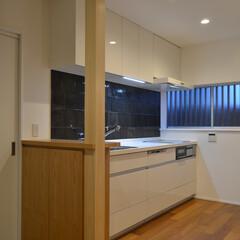 戸建てリノベーション/キッチン 残った柱まわりに収納カウンターを造作