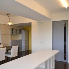 マンションリノベーション 対面キッチンを壁付けに位置変更をして、間…