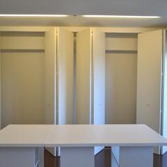 壁面収納/SOHO/リノベーション 広いワンルームの一面の壁に設けた収納スペ…