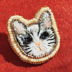 刺繍ブローチ/猫グッズ/ハンドメイド/猫/ビーズ刺繍/刺繍/... 最近ハマってる動物刺繍! 実家に住み着い…(1枚目)