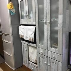 100均/キャンドゥー/セリア/食器棚/DIY/リメイクシート/... もともと茶色の食器棚でした。 ツマミの所…