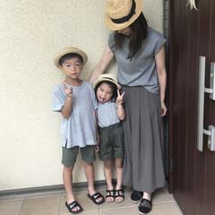 アースカラー/カンカン帽/息子コーデ/娘コーデ/ママコーデ/親子コーデ/... グレー×カーキの色合わせで、息子&娘とリ…