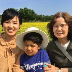 菜の花畑/おでかけワンショット 菜の花畑でばーばと息子と3世代ではいチー…
