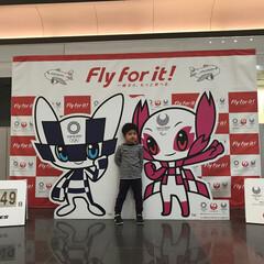 東京オリンピック 羽田空港。東京オリンピックのマスコットと…