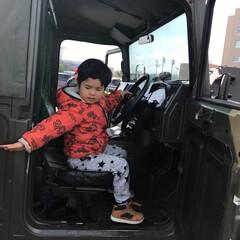 自衛隊の車/おでかけワンショット 自衛隊の車の運転。でも困った様子の息子。…