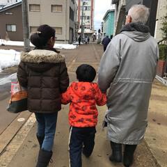 手繋ぎ/おでかけワンショット 祖父母と手を繋いでお散歩! たまにはいい…