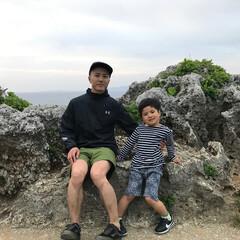 万座毛/わたしのGW 沖縄の万座毛。珊瑚でできた岩石に腰掛けて…